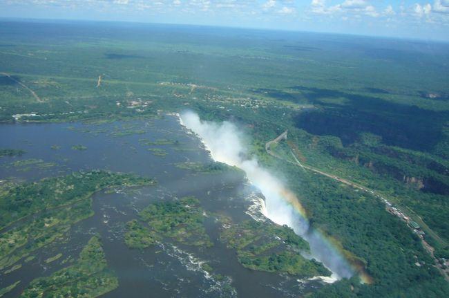 2014年最初の海外旅行は南部アフリカ10日間のツアーです。8日目のビクトリアの滝はジンバブエ側、ザンビア側の両国から、またヘリコプターで上空から見学します。高所恐怖症の私は初めてのヘリコプターに緊張したけれど、全く問題なく、素晴らしい景色を堪能しました。<br /> 翌9日目は帰国日です。楽しかった旅もあっという間に終わりを告げます。朝はゆったりとし、地元のおうちを訪ねた後、ヨハネスブルク経由、香港経由で日本に帰国しました。<br /><br /> 今までいろいろと海外旅行をしてきたけれど、今まで経験したことのない自然を味わい、まだまだ地球は広いと感じました。今までで一番良かったと言えるいい旅になりました。<br /><br /><br /><日程>(◎は本旅行記)<br /> 2/7(金) 成田18:05発→香港22:35着、23:50発→<br /> 2/8(土) ヨハネスブルク7:20着、10:05発→ケープタウン12:15着、ケープタウン観光(ケープタウン泊)<br /> 2/9(日) ケープタウン観光(ケープタウン泊)<br /> 2/10(月) ケープ半島観光(ケープタウン泊)<br /> 2/11(火) ケープタウン7:30発→ヨハネスブルク9:30着、ヨハネスブルク観光(ヨハネスブルク泊)<br /> 2/12(水) ヨハネスブルク10:50発→ビクトリアフォールズ12:30着、ザンベジ川サンセットクルーズ(ビクトリアフォールズ泊)<br /> 2/13(木) チョべ国立公園でサファリ(ビクトリアフォールズ泊)<br />◎2/14(金)ビクトリアフォールズ観光(ビクトリアフォールズ泊)<br />◎2/15(土)ビクトリアフォールズ13:10発→ヨハネスブルク14:50着、17:15発→<br />◎2/16(日)香港12:25着、15:20発→成田20:15着<br /><br /><ツアー会社><br /> クラブツーリズム「憧れの南部アフリカロマン紀行10日間」389,000円(燃料サーチャージ等別、別途ジンバブエ、ザンビアのビザ代要)<br />