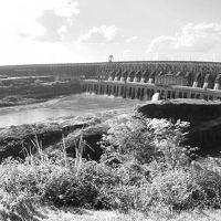 「イグアスの滝」の水量をそのまま利用、パラグアイの生命線:【いたいぷ~ぅ】ダム(ブラジル/パラグアイ)