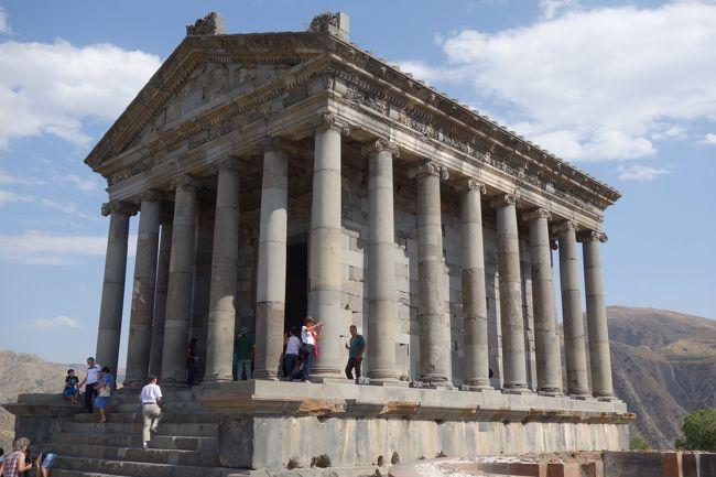 アルメニア最終日は、数十年前に再建されたガルニ神殿と、<br />ロンギヌスの槍が由来のゲハルト修道院を訪れました。<br /><br />ガルニ神殿は高台に建っており、気持ちいい風と景色が<br />印象的でした。<br /><br />ゲハルト修道院は、アルメニアの他の修道院同様、<br />華美な装飾はなく、重厚な佇まいの教会でした。<br /><br />アルメニアの首都エレバンの繁華街は、夜になっても<br />人通りが絶えず、街は賑わっていました。<br /><br />WASABIという寿司屋もありましたが、ロシアにも同名の<br />寿司屋があったので、チェーン店だったりするのかな?
