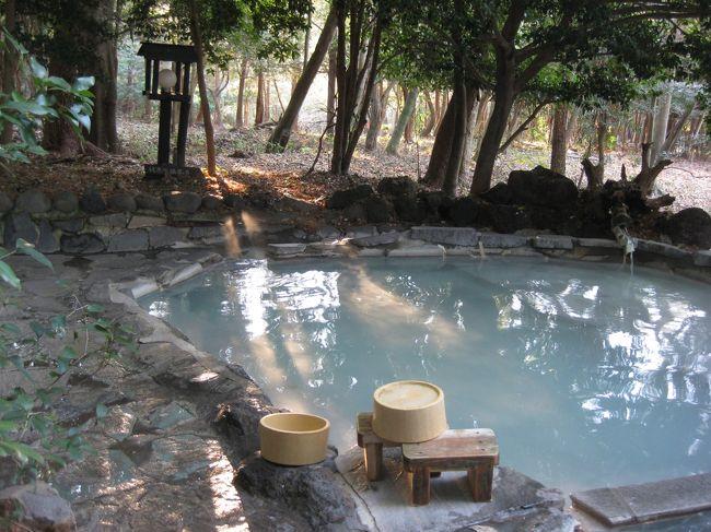 鹿児島が好きで何度か行っているのですが、指宿に行ったことがなく<br />「砂蒸しがしたいな〜」ってことで今回は指宿へ行きました!<br /><br />あとは、10年前くらいに行って気に入った「旅行人山荘」へも!<br />林の中の露天風呂が有名ですが、前回は夜に入ったのでちょっと怖く、<br />今回は明るい内に入ろう!と決めました。<br /><br />まずは指宿へ。<br />いつもは飛行機で、空港からレンタカーなのですが、<br />今回は九州新幹線に乗りたかったので終点の鹿児島中央駅からレンタカーで指宿へ!<br />結構遠かったですが、初めての景色なので新鮮で長く感じません。<br /><br />道中、JR最南端の駅「西大山駅」へ。<br />有名な黄色いポストと開聞岳をバックに写真。<br /><br />そして旅館は「指宿・白水館」<br />すごく素敵でキレイで豪華でした!<br />料理もどんどん出てきて、私たちはよく食べる方なのですが後半おなかいっぱいでした!<br />全部おいしかったですよ!<br /><br />さて、砂蒸しですが、出発前に調べていると公共の砂蒸し場があるようだったのですが、<br />この白水館の中にあるとのことで、せっかくなので館内の砂蒸しへ行きました。<br /><br />全裸で浴衣を着て、結構並んで数十分待って私たちの順番です!<br />砂をかけてもらうのですが、冷え性の私にはものすごく気持ちよかったです!!!<br />でも大体10〜15分くらいしか入れてもらえないようです。(長いと身体に悪いので)<br />隣のお客さんは顔中汗だらだらで5分くらいで出てしまいましたが、私は15分経っても<br />あまり汗が出ず、まだまだ入っていたかったです!!<br />気持ち良かった〜!!!!<br /><br />翌日霧島へ!<br />ガイドブックを見て「霧島アートの森へ行ってみよう」ということになり、有名な草間弥生さんのアートと写真を撮ったり、広ーい敷地内を自由に歩き回り、アートにふれました。<br /><br />そして旅行人山荘へ到着。<br />早速露天風呂の予約をしようとすると、もう夕方までいっぱい!<br />夜遅くしか空いてなかったのですが最初に書いたように明るいうちに入りたかったので<br />翌日の朝に予約しました!<br /><br />ちなみに、前回は一番人気の「赤松の湯」がいっぱいだったので違うお湯を予約しました。<br />今回はぜひ赤松の湯に入るつもりです!!<br /><br />ここは温泉が有名で、お部屋・料理はふつうですが、接客はとてもあたたかくお値段も安くお得です!<br />敷地内の足湯に入ったり、大浴場の露天で素敵な風景を見ながら入ったり!<br /><br />翌朝、とうとう予約した赤松の湯へ!<br />朝の明るい中、林の露天風呂はとても気持ち良かったです!!<br />スタッフの方から「鹿がいると思いますよ」と言われていた通り、鹿たちの群れに見つめられながら入りました!<br />やっぱり夜より明るいうちに入るのがおすすめですよ!!<br /><br />今回は、砂蒸し風呂と林の露天風呂!<br />どちらも何度も行きたいお風呂でした!!きもちよかった〜!