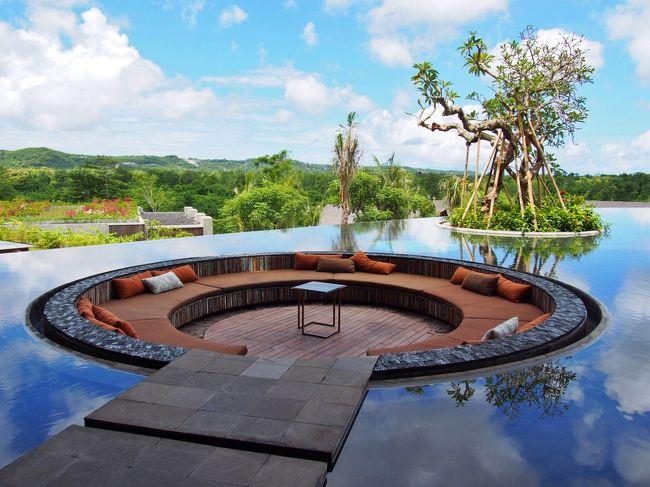 """3度目のバリは初の一人旅。いつものように癒しの楽園、ウブド滞在メインの気ままに歩くカフェめぐりの旅。今回のバリ旅の自分用のまとめです。<br /><br />ジンバランの丘に2013年11月にオープンした、注目のアヤナの姉妹ホテル、<br />""""RIMBA Jimbaran リンバ・ジンバラン""""に1泊。リンバはアヤナリゾート敷地内にある「森」がテーマの癒しリゾート。<br /><br />ビーチエリアで2日過ごした後、ウブドに4泊し、街歩き、カフェめぐり、スパ、ヨガをしてきました。ウブドではリピーターに人気の手頃な宿、カキアンバンガローと渓谷ビューのベジ・ウブドリゾートに宿泊。<br /><br />ガイドブックにないカフェ・レストラン情報満載です。<br /><br /><br />羽田 24:30発 全日空 NH173便 →バンコク (乗継約2時間)<br />バンコク 06:00発 タイ航空 TG431便→デンパサール 14:15着 <br /><br />今回はユナイテッド航空のマイル特典で行ったので無料。ANAのサーチャージもなく、手数料28ドルのみ。<br />ユナイテッド航空の特典は日系航空会社と違い、サーチャージはないのでお得。<br /><br />バリは3月まで雨季。気温は27℃~31℃で過ごしやすく、日中は晴れ、夕方はいつも1時間位雨でした。<br /><br />10,000Rp.ルピア=約110円 <br />(ルピアは00を2つとれば約日本円の金額なので計算が楽)<br /><br />表紙【リンバ ジンバラン RIMBA JIMBARAN@AYANA Resort】 <br />http://www.rimbajimbaran.com/jp/home<br />"""