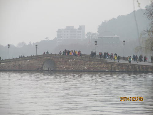 西湖観光には過去何度も来ました。ツアーで部分的に急いで廻ったり、上海から日帰りで、時間が無いので自転車を借りて廻ったりで西湖の良さは解りませんでした。今回は杭州城市内のみの6泊7日、観光したのは4日と半日です。西湖に3日半、じっくりと歩いて廻りました。残念ながら雪の降った日、中秋の名月の日、蓮の花が満開の日、夕焼けの綺麗な日など西湖10景の指定日に見る事は不可能です。晴れた日でもPM2.5の関係で西湖の対岸は霞んでいて雷峰塔も霞んで良く見えません。また上に登っても西湖対岸や、杭州市内も霞んでいます。ホテルから歩いて行きました。西湖に着いたところは少年宮です。最初の西湖十景は「断橋残雪」です。ここは雪が降った後の晴れた日、白堤の上に雪が残り白い帯となる景色が最高と言われています。近年温暖化で西湖に雪が降る事が珍しい、最近では13年1月6日に雪が降ったらしい。画像検索して見ても「断橋残雪」の名前の通りはめったに見られません。<br /><br />