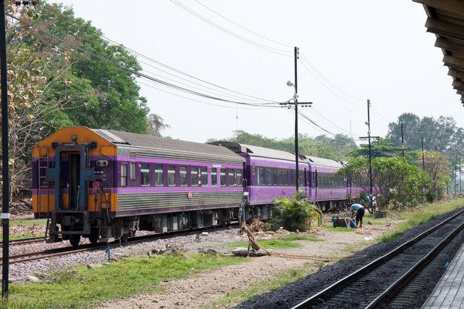 JRのブルートレインで活躍していた14系・24系がタイ国鉄に譲渡され現地で現役で走っています。その列車に一度は乗ってみたいと思っていましたが、ようやく実現しました。<br /><br />現在活躍しているのはバンコク・チェンマイ間で、チェンマイには温泉もあると言うのです。<br /><br />さらにタイへ行くなら、最近TVでも取り上げられて有名になったメークロン線のメークローン市場にも行かないとダメでしょうと言うことで、殆ど乗り物目的の旅がスタートし、香港乗り継ぎでチェンマイに到着。<br /><br />いよいよブルートレインに対面です。<br />