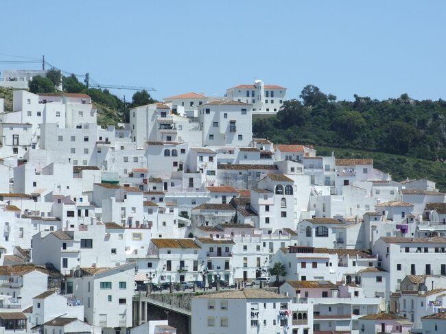 スペインにはいくつか小さな白い村があるが、今回は山の中にある白い小さな村カサレスに行ってみた。アルヘシラスからグラナダ向かう途中にある。観光客はまったくいない。村の人にもほとんど出会わなかった。<br /><br />◇4月28日マドリード<br />◇4月28日-4月29日セゴビア<br />◇4月29日ビルバオ<br />◇4月29日-4月30日サンティリャーナ・デル・マル<br />◇4月30日コミーリャス<br />◇4月30日-5月01日ラ・コルーニャ<br />◇5月01日サンチャゴ、ボン・ジェズス、ファティマ<br />◇5月01日-5月02日ポート<br />◇5月02日ナザレ、オビドス<br />◇5月02日-5月03日リスボン<br />◇5月03日ロカ岬、シントラ<br />◇5月03日-5月04日ファーロ<br />◇5月04日セビーリャ、ジブラルタル<br />◇5月04日-5月05日アルヘシラス<br />◇5月05日スペイン領セウタ<br />◆5月05日カサレス<br />◇5月05日-5月06日グラナダ<br />◇5月06日コンスエグラ<br />◇5月06日-5月07日トレド<br />◇5月07日マドリード<br />