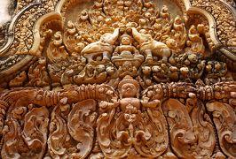 2014春、カンボジア旅行記2(38):3月22日(9):シェムリアップ、バンテアイ・スレイ遺跡へ、東門、赤色砂岩のレリーフ像、連子窓、睡蓮池