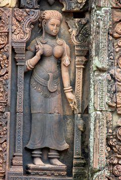 2014春、カンボジア旅行記2(39):3月22日(10):シェムリアップ、バンテアイ・スレイ遺跡、中央祠堂の建物群、守護神坐像、東洋のモナリザ