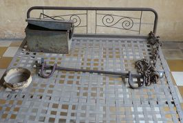 2014春、カンボジア旅行記2(44:補遺1):トゥールスレン博物館1:鉄のベッドと手枷・足枷、記録写真と絵画