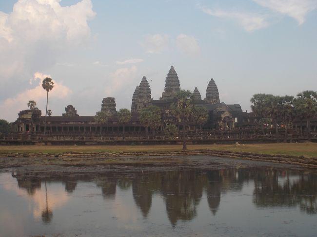 11年ぶりにカンボジアに行きました!! <br />① 1日目は、成田国際空港からVM0301便でベトナムのホーチミンに行きました。 離陸すると、九十九里浜が見えてきて、窓側に座っていて良かったです。  飛行時間は、約6時間半で、ホーチミン空港では、待ち時間が2時間以上ありました。  それに、乗り継ぎの便が1時間近く遅れて、やはり直行便の方が良いみたいです。  そしてVM0813便に乗り継いで、シェムリアップに着きました。  3度目のシェムリアップですが、街並みは、それほど変わっていませんでしたが、空港はかなり近代的になっていました。  <br />もう日が暮れた国道6号線を通って、ホテルに行きました。<br />②  2日目の午前中は、9世紀から10世紀の遺跡群の、クメール王朝最古のロリュオス遺跡群の見学です。 ロレイ、プリアコー、バコンを見て<br />レストランで昼食後、ホテルに戻り休憩し、午後は、東洋のモナリザと言われる、バンテアイスレイを見て、東メホン、プラサットクラバンを見学した後、プレループで夕陽の鑑賞して、Amazon ankohと言うレストランで宮廷舞踊のアプサラダンスを見ながら夕食をとりました。<br /><br />③  3日目の午前は、11世紀から12世紀の遺跡群、アンコール・トムの南大門、バイヨン寺院、パプーオン、ピミアナカス、象のテラス、ライ王のテラスを見学、ホテルに帰り休憩してから、午後はアンコール・ワットに行き、約2時間見学しました。 そしてバイヨン・レストランで影絵を見ながら夕食を食べました。  影絵は、前回,来た時には見なかったので、新鮮でした・・・<br /><br />④  旅行の最終日は、12世紀の遺跡群で、バンテ・アイ・クディ、タ・ケウ、スラ・スランを見学、午後からは、伝統工芸学校のアーディザンアンコールやオールド・マーケットを見学し、夕焼けのシェムリ・アップ空港へ・・・・<br />ホーチミンで約4時間の乗り換え時間をグループの仲間と空港内のレストランで過ごして、VM0812便で、日本に帰りました。<br /><br />? 早朝、7時半位に成田空港に着き、短かったカンボジア旅行が終わりました!!