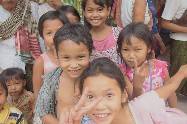大学最後の思い出に仲の良かった子と二人でカンボジアへ女子旅をしてきました。<br />初めてのカンボジアということもあり、今回は安心できる日本人対応のあるツアーを選びました。カンボジアは治安が悪いと言うイメージだったのですが、実際に行ってみると人もフレンドリーで温かいですし、想像していた以上に安全な国でした。<br /><br />私の今回参加したツアーはアンタヌーリボーンプログラムというカンボジアの伝統体験や、スパ、マッサージ、アンコールワット見学、占いなどスピリチュアル要素の強いパワースポット巡り&癒しの旅でした。<br /><br />まず初日はシェムリアップ空港へ着くのが夜中だったのですが、ホテルの方が空港まで迎えに来てくださったので、夜中でも安心してホテルへ向かうことができました。やはり海外の夜は危険が伴うので、言葉の通じる人や、土地勘のある方が同伴してくださると大変ありがたいですね。<br /><br />2日目の朝はカンボジアの伝統料理を朝ご飯としていただき、そのあとはクメール伝統占いをしていただき、過去から現在、そして未来を占っていただきました。私は春から社会人になるということで不安がいっぱいでしたが、この占いのおかげで不安だった気持ちを希望にかえることができ、今新たな社会人生活を良いかたちでスタートを切ることができました。<br /><br />午後はカンボジアで栽培しているハーブの講習を受け、実際にハーブ作りを体験しました。日本ではなかなかハーブに触れる機会も無いので、ハーブの香りでとても癒されました。<br /><br />そして待ちに待った私たちが一番楽しみにしていたスパとマッサージ。長い時間をかけてのスパとマッサージで身も心もリフレッシュすることができました。このスパとマッサージは人気がすごく、女性誌のananにも取り上げられたことがあるそうです。とっても気持ちよかったー!<br /><br />そして夕食には伝統アプサラダンスショーを見ながらのクメール料理を食べました。クメール料理も初めは食べれないかなと思っていましたが、変なにおいなどもなく、とても美味しかったです。<br /><br />その後は自由行動の時間だったので、ホテル備え付けのプールでまったり読書をしながら過ごし、日本では味わえないゆったりとした癒しの時間を過ごすことができました。<br /><br />3日目は孤児院の子供たちとふれ合い、純粋な笑顔を見ることができ心から笑顔になることができました。そして再び待ちに待ったスパとマッサージ。2日連続でこのサービスは本当に贅沢な時間でした?こうして旅行記を書いている今でさえ、また受けたくてうずうずしてしまいますね(笑)私たちは癒し旅としてこのツアーに参加しましたが、心が落ち込んでいる時や悩んでいる時にきても、心の底から元気になり笑顔を取り戻せる時間になると思いますよ。<br /><br />最終日はカンボジア旅行では外せないアンコールワット巡り。思わず手を合わせてしまうような雰囲気のアンコールワットからは底知れないパワーを感じました。パワースポットと言われてる意味が分かるような気がしました。また、このアンコールワットはすごく広く、自分一人で回るのは大変ですので、これから旅行でアンコールワットを見ようと思っている方はこのようなツアーという形で来た方が理解度も高いですし、スムーズに遺跡を見ることができますよ。そして長時間の移動で疲れた体にホテルへ帰宅後のスパ&マッサージ。これぞ至福の時でした。疲れていたせいか、私も友達もマッサージ中に爆睡してしまうほどでした(笑)<br /><br />その後は夕食を食べ、日本人スタッフの方と一緒にマーケットでお土産巡り。土地勘のある方なのでどこに何があるか分かっていらっしゃったので、とてもスムーズに買い物もすることができました。<br />最後の飛行機もスタッフの方が空港まで送ってくださり、最初から最後まで至れり尽くせりのツアーでした。ここまで良いことばかりの旅行記だとツアーの回し者だと思われてしまうかもしれませんね(笑)しかしそれくらい悪いところも無く充実したプランで、スタッフさんの対応もツアーの内容も大満足の3泊4日の旅でした。<br /><br />これからカンボジアへ行く方、女子旅、癒し旅を探している方がいればぜひこのアンタヌーリボーンプログラムのツアーに参加してみてください。もしこの記事を見て行った方がいらっしゃれば、感想を聞かせてくださいね。長文失礼いたしました。<br /><br />参考URL:http://antanue.info/spitour/
