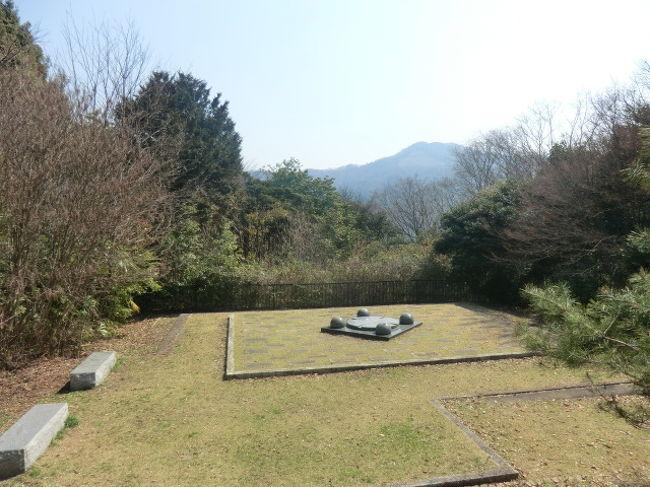 ご訪問ありがとうございます。<br /><br />京都市左京区の百万遍知恩寺の参拝の後、次に京都大学を通り過ぎて吉田山を目指して歩き始めた。<br />吉田山の微かな記憶では釣鐘の周りの櫓に江戸時代のものか?ちょんまげ姿の人たちの写真が展示してあった。<br />もう大昔のことなので忘れてしまったが、古い時代の貴重な写真であった。<br />吉田山の入口につき古い鳥居をくぐり小登山が始まった。<br />この日も38リットルのバックパックを背にし歩き続けた。<br /><br />私の後方から、若い白人の男性が歩いてきていた。<br />たまたまこの男性は、近くの同じカフェで姿を見た。<br />登っても登っても頂上へはすぐにはたどりつかなく以外に息が切れた。<br />低い山ゆえハイペースで歩いたのが体にこたえてしまった。<br /><br />吉田神社は貞観元年(859年)、藤原山蔭が一門の氏神として奈良の春日大社四座の神を勧請したのに始まる。後に、平安京における藤原氏全体の氏神として崇敬を受けるようになった。『延喜式神名帳』への記載はない(式外社)が、永延元年(987年)より朝廷の公祭に預かるようになり、正暦2年(991年)には二十二社の前身である十九社奉幣に加列された。<br /><br />鎌倉時代以降は、卜部氏(後の吉田家)が神職を相伝するようになった。室町時代末期の文明年間(1469年 - 1487年)には吉田兼倶が吉田神道(唯一神道)を創始し、その拠点として文明16年(1484年)、境内に末社・斎場所大元宮を建立した。近世初めには吉田兼見が、かつて律令制時代の神祇官に祀られていた八神殿(現在はない)を境内の斎場に移し、これを神祇官代とした。寛永5年(1665年)、江戸幕府が発布した諸社禰宜神主法度により、吉田家は全国の神社の神職の任免権(神道裁許状)などを与えられ、明治になるまで神道界に大きな権威を持っていた。<br /><br />W・ペディア参考