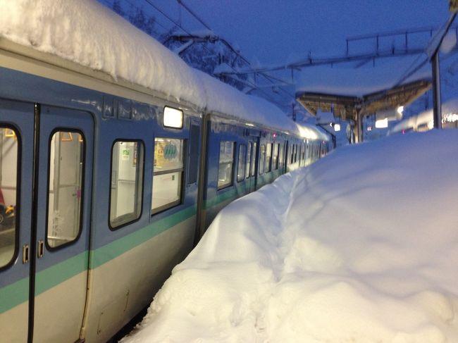 2/14(金)19:00。単身赴任先の山梨県甲府市から、自宅がある東京都豊島区まで帰るためいつもの足である高速バスが運休になったため駅に向かい、特急あずさで帰ることに。<br />19:00の交付駅前の状況です。<br />特急の到着間まで20分位あったため、立ち食いそばを食べホームへ。<br />待てど暮らせど特急が来ない。おかしいと思い駅員に聞いたところ特急は運休なので払い戻しをしてますとのこと。払い戻しをする緑の窓口の駅員に聞いたところ、各駅停車新宿行きは、「動いています」ときっぱり。<br />各駅停車でも、少し時間がかかるが、しょうがない。ゆっくり帰ろうと電車を待つ。これもやはり遅れているようで30分くらい待った後やっと甲府駅に電車が来た。電車内は空いており、さすがにこの大雪じゃ早めに帰ったんだなと思い窓の外の雪を見ながらゆっくりと眺めていた。甲府から大月駅まで通常40分くらいの道のりを2時間くらいかけてゆっくり走っていました。大月駅に到着したのは既に23:00。東京に着くのは日が替わってしまうなと思い発射を待つが、社内からアナウンスが「大月高尾間の山中で電線が雪の重みで切れてしまっているため東京方面は運休です」<br />東京に帰るのはあきらめ、甲府に戻る事に。甲府に向かう列車が大月駅に入線してきたとき電車が50cmくらい積もった雪を押し除けながら走ってくる姿を見て、脱線しそうだ、これはヤバいと思いました。寒い駅から暖かい電車内に入りほっとするひととき。しかしここで悲劇は始まっていました。大月から甲府方面に一駅の初狩駅に到着し電車から出る乗客がいつもと違うホームの様子にびっくりした様子。外を見ると電車の窓の上を遥かに超える程の積雪。電車から出ようとすると太ももぐらいまで雪に埋もれる。またアナウンスが。<br />「甲府近辺でも雪の重みで電線が切れているためしばらく停車します」とのこと。既に0:00は過ぎ日が変わってしまっている。車内にいるみんな不安そうだが、すぐに動きそうもない、暖かいし電線の復旧くらいすぐにでもできるのではないかと思い少し寝る事に。うとうとしていると車内アナウンスがあり、電線の復旧が思うように進んでないとの事。一時間おきくらいに列車のパンタグラフに雪が積もらないようにと5mくらい前後に電車が動き何とも心地が悪かった。<br />朝になってしまった。電車の車内に明るく日が差し込み始めた6時前くらいに、半ドアで手であけられるようになっているドアを開け駅のホームに出てみるとすごい雪が積もっています。朝子供から心配で電話があったが、スマートフォンの電池が既に10%。「電池がないから切る」とだけ伝え電話を切る。駅の外にも出られるようになっており、ちらほら外を出歩く人たちが出てきました。しかしすごい雪でスーツに革靴の姿では雪をかいて外を出歩こ気にはなれません。でもおなかも空いてきた。コンビニの袋にありったけの食料を買ってきている人が何人か通り、近くにコンビニがある事に気づき、行ってみる事に。3個入のおにぎりが一つ残っており、それ以外弁当も、おにぎり類もない。おにぎりと、チョコ棒10本入り、パンも少ない棚にあった一つを買い電車に戻る。<br />ピンクの派手なスキーウエアを来たおばさんが車内に入ってきて大きな声で<br />「私は看護婦です、調子の悪い方はいませんか?できるだけお茶や水等の水分を取ってください」<br />と声をかけてくれました。<br />まあ、電線が切れたのを直すのは大変そうだなと思い車内アナウンスを聞くと「大月 高尾間の電線が切れた所まで作業員がたどり着かないためしばらく電車が動きません。」とのこと。今日明日くらいにはそうはいっても何とかなると思い今度は暇つぶしにコンビニに本を買いに行き本を読んでいると「地元の方々が朝食を用意してくれました駅中ほどの休憩所までお越し下さい」おにぎりと、みそ汁を一杯。とてもありがたかったです。今後駅周辺の心ある人たちの炊き出しが、朝昼晩と3食あり大変感謝しております。暖かくなったら何らかの形でお礼をしたいと考えております。昨晩電車に乗って甲府から40kmくらいの山中にもうすでに15時間もいる。しかも復旧の目処が全くただす、電車の前も後ろも線路に雪が積もっており、簡単には動きそうもない。しかし初狩駅の駅員は昨晩からずっと寝ずに動いているようで、朝昼の食事にカップラーメンを出してくれて、後で数えたら180人くらいいるとの事で、ポットのお湯がすぐになくなりポットリレーをしている光景をよく見ました。<br />近くにいた体育会系の若い男子が土曜昼過ぎに荷物を整理し始めた。若く、背が高く、おそらく陸上部かなと思う程の清々しい男子でした。電車の中ではらちがあかないと決断
