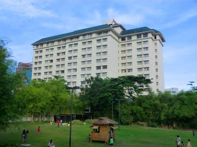 マクタン島のホテルで5泊した後、我々はセブ・シティに移り、マリオットホテルで2泊する。実は、私はシュノーケリング以外にもセブ島訪問の目的があった。不動産物件調査と英語学校見学である。セブ島の高級不動産が安い。セブ島の英語学校がマンツーマン授業で激安である。<br />以下、日本円表示する場合は旅行期間の為替レート(1フィリピンペソ=2.3円)で換算する。<br />写真:セブ・シティ・マリオット・ホテル<br /><br />私のホームページ『第二の人生を豊かに―ライター舟橋栄二のホームページ―』に旅行記多数あり。<br />(新刊『夢の豪華客船クルーズの旅』案内あり)<br />http://www.e-funahashi.jp/<br /><br />