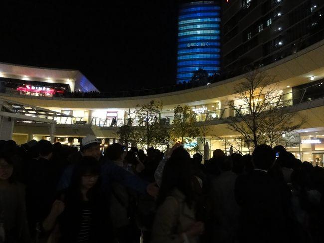 東京駅舎のプロジェクションマッピングを見逃し、どこかで見たいと思っていました。<br />丁度、川崎駅のそばで行うことがわかりましたので、行って来ました。<br />何回も上映するのですが、開始の15分前から大勢の人が集まっており期待の熱気でいっぱいです。<br />動画での撮影は禁止されていましたが、静止画は構わないので写真に撮って来ました。