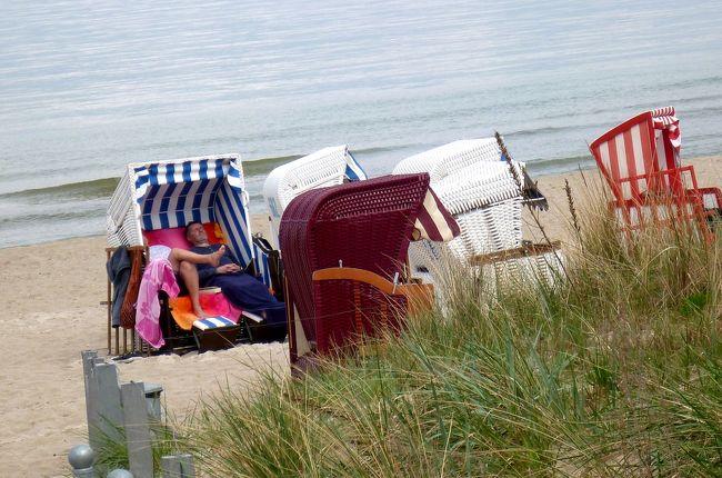 リューゲン島。<br />バルト海に浮かぶドイツ最大の島。<br /><br />あまり日本人には知られていない観光地です。<br />ところが海に恵まれないドイツ人にとって、もっとも人気のある海水浴リゾート地なのです。<br />数十キロにも及ぶ美しい海岸線には、高級ホテルや高級リゾートマンション、住宅が建ち並び、おしゃれなお店が軒を連ねています。<br />そう、私には最も似合わない地なのです。<br /><br />実はここに行きたかった訳、もちろんこの地が旧東ドイツに属していたと言うこともありましたが、もう一つ漠然とした目的があったのです。<br />ある時、ニュースだたかドキュメンタリー番組だか忘れましたが、途中から見たテレビ番組がきっかけなのです。<br />ヒトラーのナチス時代、このリューゲン島に、労働者のための巨大な保養施設が造られたというのです。<br /><br />途中から見たのでビデオを撮ることも思いつかず(私はビデオ操作が出来ないのです・泣)、ただそれがリューゲン島にあるのだけはわかりました。<br />そんなに巨大な建造物だったら行って見ればわかるだろう・。<br />私って本当に無謀ですね〜。<br /><br />で、その執念が実ったのでしょうか・・・?<br />