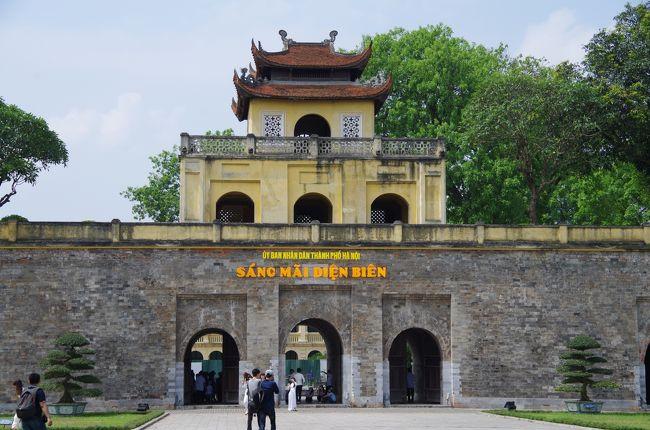 ハノイ2日目は、この日のメイン、世界遺産タンロン遺跡の見学をしました。<br /><br />ハノイの公式な歴史は、中国・唐の時代に安南護都府が唐の南方支配の拠点としてハノイにおかれた頃から始まると考えられています。その後、11世紀に李朝がハノイ(タンロン)を都に定めます。その後、19世紀初頭に阮朝がフエに都を遷すまで、歴代王朝はハノイを都としました。<br /><br />その後、フランスの植民地となり仏領インドシナの首都として、ハノイはインドシナ支配の中心に。<br /><br />ベトナム独立後は、ベトナム民主共和国の首都として、そして、ベトナム統一後はベトナム社会主義共和国の首都として、現在、外国資本の進出も本格的に始まり、ベトナム中部の中心都市ダナンとともに、ベトナムの経済成長の中心地となっています。