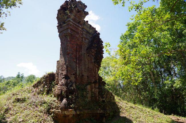 ハノイ観光を終え、ホイアンへ来ました。<br /><br />この日のメインは、ミーソン遺跡の見学。<br />ミーソン遺跡は、チャンパ王国の聖域で無数のチャンパのヒンズー寺院の遺跡群が広がっています。<br /><br />ベトナム戦争の爆撃の跡で、痛々しく破壊された寺院なども見ることができます。<br /><br />カンボジアの数々のクメール遺跡同様、ヒンズー教文化を受容していたチャンパ人の寺院だけに、きれいなヒンズーの神様の像やサンスクリット文字の碑文なども残されています。<br /><br />過去に、フランス人やその他の盗掘により失われてしまった彫刻も多数目につきましたが、建物の基壇や隅々をよく見ると、とてもすてきな彫り物も残されており、宝物探しのような感覚で彫刻探しも楽しみました。<br /><br />アンコールワットなどとは違い破壊が進み痛々しさは感じるものの、アンコール遺跡にはない魅力、アンコール朝よりも古く、そして長く栄えたチャンパの民族の聖域をじっくりと拝ませていただきました。<br /><br />ちなみに、チャンパは日本や琉球とも交易があった地域。<br />ただ、残念ながらチャンパについての研究はほとんど進んでおらず、碑文の解読も進んでいないため、その階級や支配者などに不明な点も多く、これからの研究の進展が望まれています。<br /><br />ミーソン遺跡を見学後は、ホイアンへ。<br />ホイアン自体は、個人的にはサブ的な遺跡だったので、詳しい感想は書けませんが、日本との過去の交易の跡を伺わせる来遠橋や交易品の数々は、なかなか印象に残るものがありました。