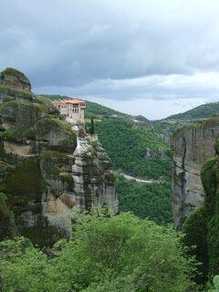 メテオラ ギリシャ北西部にある奇岩の上にある天空修道院
