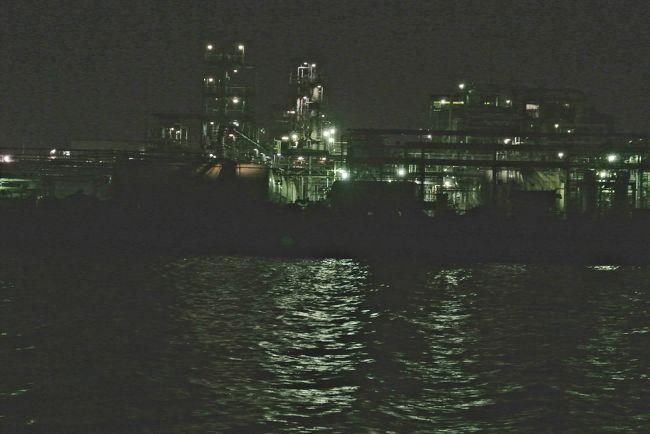 今話題の工場夜景クルーズ!複雑な構造美にメタリックな輝き!<br /><br />なぁんてね。私自身はしっかりと見たはずなんだけど、写真がな〜い!真っ黒、くろすけ出ておいで!なんです。<br />真っ暗じゃなくて、真っ黒。あ〜〜ぁ<br />だから『なんだけど』がつきました。<br /><br />屋根もない船で、えっ〜(;一_一)!?<br />だけど、揺れはないし狭い運河を通るには、これが一番だとわかりました。<br /><br />工場稼働の灯り、船、飛行機の位置を示す灯り、プラントから噴き出す蒸気、炎、石油やなんか薬品のような臭い、音、などをこっちも神経を昼以上に稼働させいろんな魅力を堪能。<br /><br />夜景っていいね!神秘的、感動的!<br /><br />なんだけど夜景の写真少なくてごめんなさい。<br />あ〜またなんだけどがついちゃった。(;一_一)<br />