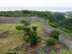 今帰仁城跡。ボランティア・ガイドのひとに複雑な沖縄の歴史を聞く。
