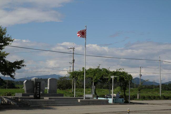 兵庫県加西市、旧海軍姫路航空隊鶉野飛行場、ここは第二次大戦中、ミッドウェー海戦の惨敗によって航空戦力に大きな打撃を受けた日本海軍が、パイロット養成を目的として昭和18年に急遽設置したものです。全長1200m×幅60mの滑走路跡を中心に、周辺に地下防空指揮所などの防空壕跡や対空砲陣地跡など、さまざまな施設が現在でも残る、いわゆる戦争遺跡のひとつです。<br /><br />この日は、「ひめじのれきし委員会」の方々を迎え、鶉野飛行場について長年調査、研究を続られている郷土戦史家、上谷さんによるガイドツアーが行われました。今回、飛び入りながらこのガイドツアーに同行させて頂き、貴重なレクチャーなどを一緒に聞かせて頂きました。<br /><br />加西・鶉野飛行場展 実行委員会のFacebookページです。<br /><br /> https://www.facebook.com/uzurano?fref=nf<br /><br />「加西 鶉野飛行場展 記念講演 残された技術 飛行艇」<br />H26年8月10日にアスティア加西での講演会の模様です。<br /><br />  http://4travel.jp/travelogue/10916199<br /><br /><br />今回のガイドツアーでは、北条鉄道法華口駅の駅舎にてまず、上谷さんから海軍姫路航空隊に関する歴史や全体概要に関してのご説明をうけ、その後、飛行場周辺に移動し、厚さ1mのコンクリートで覆われた弾薬庫跡や地下防空指揮所が置かれていた防空壕跡や対空砲陣地跡、ならびに滑走路跡などを見学、その際、上谷さんからそれぞれの施設にまつわる貴重なお話を伺えることができました。<br /><br />この鶉野飛行場では、パイロットの養成として当時多くの若者が全国から集まり、日々鍛錬に勤しんでいたということです。そして、戦況が逼迫する中、遂には神風特攻隊が編成され、その中に白鷺隊という名の隊がありました。これがこの鶉野飛行場で育った若者たちだったということです。パイロット育成とはいうものの、ここは特攻隊員育成の場ともなってしまい、その歴史なかにおいて隊員達と地元の人々とのふれあい、出会い、そして別れなど多くのエピソードが当時存在したようです。<br /><br />また、当時、川西航空機が姫路の工場で製造した半完成品状態の航空機をここに運び込み、この飛行場脇にあった工場で最終組立を行っていたそうです。飛行場の脇には工場の跡地と思しき場所があり、ここで完成した飛行機は試験飛行を行い、その後、各地へ実戦配備されていったということです。<br />川西航空機といえば第二次大戦中における傑作機、紫電改を思い浮かべる方が多いのではないでしょうか。正にあの世界に誇る名機、紫電改がこの地で完成し、そして大空へと飛び立っていった、なんとなくロマンを感じてしまいます。また、こんなところで姫路との歴史的接点があるなど、とても興味深い点も見えてきました。<br />