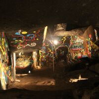 日本書紀に登場する熊襲の覇王、川上梟師(カワカミタケル)が女装した日本武尊に謀殺されたと云う伝説の洞窟、熊襲の穴
