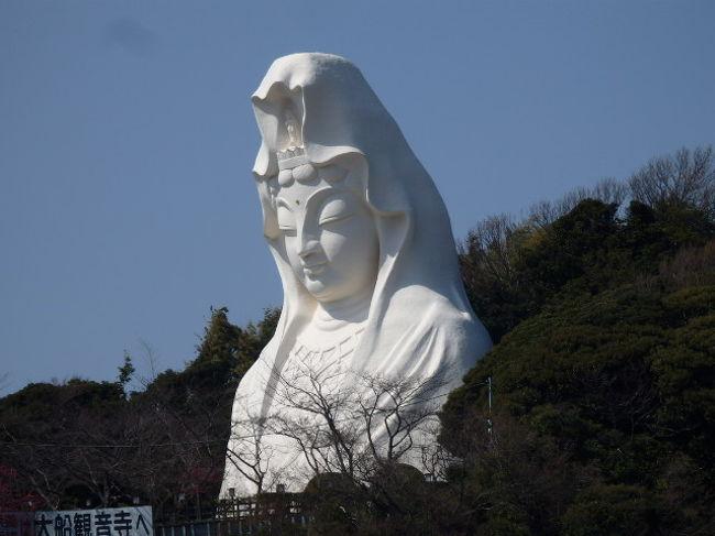 大船観音寺(おおふなかんのんじ)は神奈川県鎌倉市岡本にある曹洞宗の寺で全長約25mの巨大白衣観音像(大船観音)で知られJR大船駅西口より徒歩10分程の場所にあり駅から良く見える。<br />大船観音は1929年に地元有志の発起により護国観音として築造が開始され1934年に輪郭が出来上がっていたが戦局の悪化により築造は中断し第二次世界大戦後1960年に完成している。建造をすすめた大船観音協会には曹洞宗管長の高階瓏仙(たかしな ろうせん)や、東京急行電鉄の初代社長・五島慶太始め各界の著名人が参画したとのこと。大船観音は大船のシンボルとして夜間にはライトアップされ観光名所となっている。<br />観音像へは東南アジア(特に華僑・上座部仏教信者)などからの参拝客も多く1999年より台湾やスリランカなどから僧を招き法要を行い各国の民族舞踊を奉納する「ゆめ観音in大船」という祭りが開催されるようになったそうだ。<br />大船駅(おおふなえき)は神奈川県鎌倉市大船一丁目の東日本旅客鉄道・湘南モノレールの駅で鎌倉市と横浜市の境界上に位置し鉄道を中心とした交通の要衝となっており、東口側を中心に駅前市街地が形成されている。西口側には神奈川県立フラワーセンター大船植物園、大船観音、東口・笠間口側にはルミネウィング(駅ビル) 、松竹大船撮影所跡地=現在は鎌倉芸術館や鎌倉女子大学大船キャンパス、などがある。<br />湘南モノレール株式会社(しょうなんモノレール)は神奈川県鎌倉市に本社を置く湘南モノレール江の島線を運営する鉄道会社で江の島線 大船駅− 湘南江の島駅 6.6km8駅モノレール路線。近隣を走る江ノ島電鉄線とともに景勝地・湘南を通ることからから度々テレビドラマや映画、書籍などの作品に当路線が登場している。JRの東口から駅ビル「ルミネウィング」を経て湘南モノレールの駅まで通路が続いており駅ビルやJRの駅に設置のエスカレーターを使用して外部からモノレールの駅に雨にぬれずに行ける。<br />ホテルメッツチェーンは、東日本旅客鉄道によるホテルチェーン「JR東日本ホテルズ」のビジネスホテルブランドでホテルメッツの特徴としてスタンダードタイプのシングルルーム1泊あたりの宿泊料金が、東京都区内の店舗で1万円前後、その他の関東各地や地方の店舗で7−8000円前後に設定され朝食券が付帯されていること、シングルルームでは140cm幅のベッド、温水洗浄便座、足が伸ばせるバスタブを備えたユニットバスであることとのこと。ホテルメッツかまくら大船は大船駅から徒歩3分で鎌倉の観光拠点として便利で高速インターネット通信環境も全部屋整えているそうだ。<br />(写真は大船観音)<br /><br />