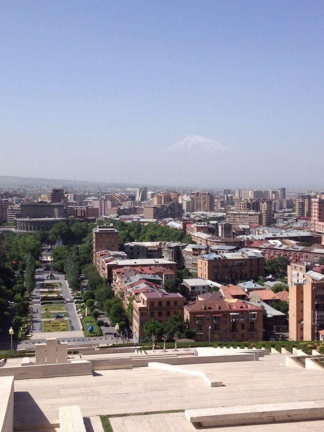 コーカサス編前半・アルメニアです。エレバンの街の後方にはノアの箱舟伝説のアララト山が見えます。(カスケード:巨大エスカレーター無料:中腹より撮影)
