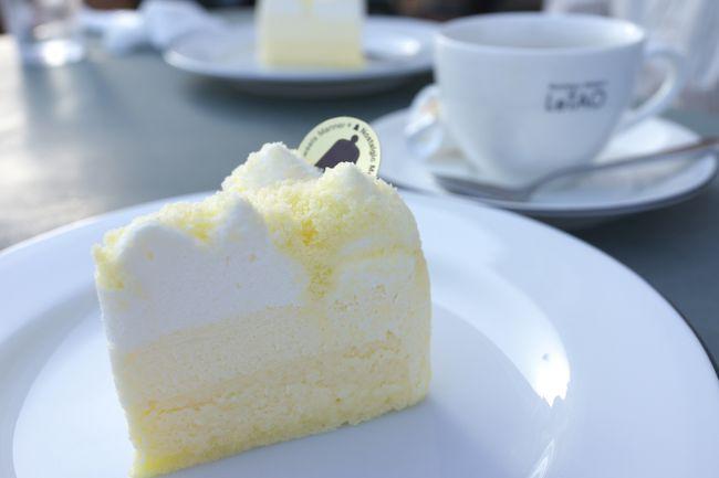 これまでは正直、当旅行の余興に過ぎない。本当の目的はタイトルにあるように「ルタオの生ドゥーブルフロマージュ」を食べるなのです(笑)<br /><br />白い恋人もルタオも妻からのリクエスト。とくに後者は前々から食べてみたいと言っていた。<br /><br />そんなに美味しいの? ただのチーズケーキだろ?? そんな懐疑心も、食べてみたらいっぺんで吹き飛んでしまった。口の中でとろける二層のチーズが絶品で、その大きさからもう一つ食べたいと思ってしまったほど。<br /><br />そうそう夕飯で食べた鮭児の刺身も最高にうまかったなぁ♪<br /><br />って、食べることばかりでスイマセン(^_^)<br />