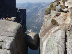 シェラーグ(Kjerag)の岩に立つ