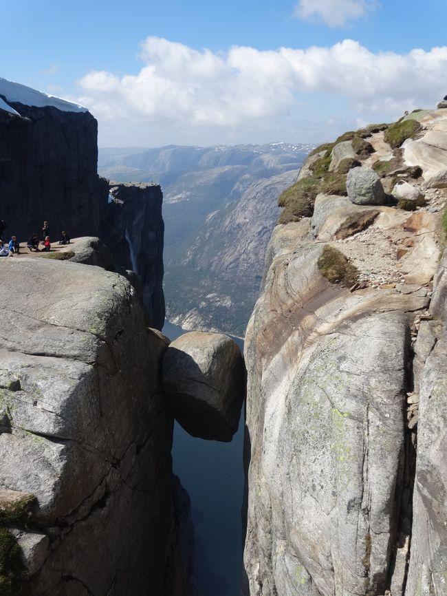 シェラーグボルテン(Kjeragbolten)は海抜1000mにある崖の間に挟まった小さな岩。ノルウェーのリーセフィヨルドにある。2014年5月31日に、訪れた。