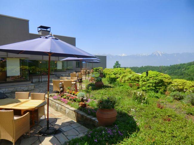 春の天気の良い日に「ダイヤモンド八ヶ岳美術館ソサエティ」に2連泊してきた。(1人旅)ここのレストランのテラス席が素晴らしい。テラス席は八ヶ岳山麓の深い森の中にあり、周囲からは隔絶されている。晴れた日にはここで食事やティータイムが楽しめる。予約制であるがテラス席での特別なサンセット・ディナーも用意されている。ここは雲上の別天地である。<br />写真:レストランのテラス席<br /><br />以下、私のホームページに旅行記多数あり。<br />『第二の人生を豊かに』<br />http://www.e-funahashi.jp/<br />(新刊『夢の豪華客船クルーズの旅<br />ー大衆レジャーとなった世界の船旅ー』案内あり)<br />