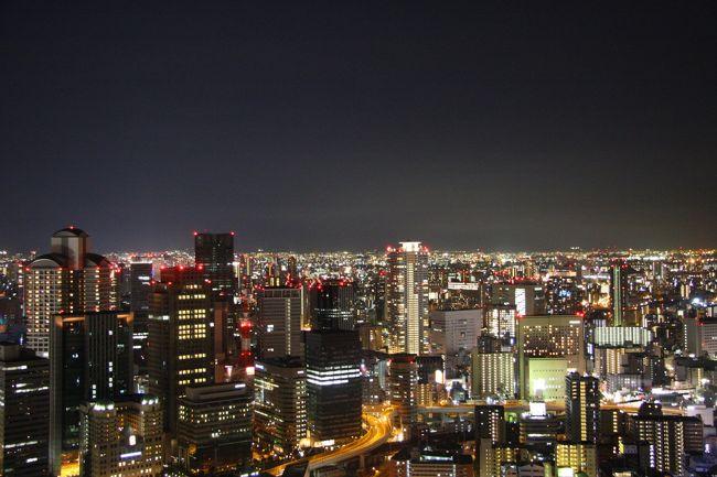 イギリスの有名雑誌で特集された「世界の建築トップ20」に日本で唯一ランクインしたのが、JR大阪駅にほど近い「梅田スカイビル」。世界シェアNo1のガイドブック「ロンリープラネット」にも大きく取り上げられたせいか、最近、スカイビル周辺は外国人観光客がウジャウジャ。<br /><br />開業から20年近くたった今、半沢直樹のロケ地になったり、外国で注目されたり・・・大阪観光の一つに取り入れるべし!