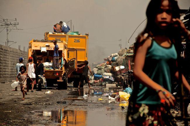 スモーキーマウンテンとは、フィリピン マニラ市トンド地区にあるスラム街の名称だ。<br />この地区を訪れる前に、池上彰氏のテレビ番組で紹介されていて、是非行ってみたいと思っていた地区。<br />たまたま宿泊したゲストハウスで斡旋しており、主催しているのはスモーキーツアーさん。<br />http://www.smokeytours.com 半日で750ペソ 日曜以外<br /><br />課長島耕作の漫画でも、非常に恐ろしいところとして紹介されている。<br />想像していたのは戦々恐々とした地獄絵図だったが、実際は良くも悪くも大きく期待を裏切られた。<br /><br /><br />