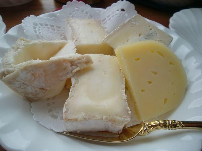チーズ星人の嫁に影響を受け、すっかりチーズ好きになった私。<br />北空知&十勝に続く北海道チーズ工房巡りの旅第2弾。<br />後志地方と胆振のむかわ町のチーズ工房を巡る家族旅行をしてきました。<br />今回は後志の黒松内町にある「アンジュ・ド・フロマージュ」と「トワ・ヴェール」、共和町の「クレイル」に行った時の顛末。<br /><br />北海道のチーズ工房については下記のサイトが充実しています。<br />http://www.milkland-hokkaido.com/koubou/