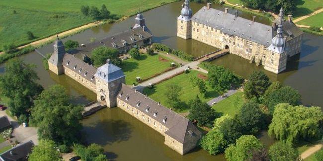 ドイツ・メルヘン街道、ミュンスターラントの水城と、オランダ、ベルギー・ルクセンブルクのアルデンヌ地方の古城を巡る旅<br /><br />期間:2013年10月14日(月)〜10月28日(月)15日間:10月17日(木)<br /><br />≪古城伝説:呪われたレンベック城Fluch ueber Schloss Lembeck≫<br /><br />ドイツのノルトライン・ヴェストファーレン州の北部にあたるMuensterlandミュンスターラントを訪れた。<br />ミュンスターラントには157の水城があるそうで、その内から幾つかのドイツを代表する水城も訪ねる事にしている。<br /><br />ミュンスターラントを訪ねるにあたり、かつて見学したものの、宿泊した事が無かった古城ホテル レンベック城に2泊する事にした。<br /><br />写真はレンベック城の俯瞰<br />
