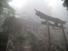 霧に霞む厳かな雰囲気の玉置神社