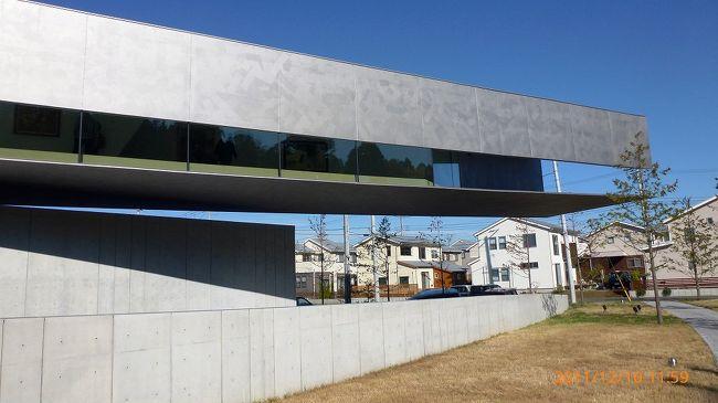 千葉市緑区にある日本初の写実絵画専門のホキ美術館に行きました。<br />2010年11月に千葉市緑区に開館したばかりで新しいです。<br /><br />写真に見える絵画ばかりを展示してるんですが、その凄さに驚き・・・景色人物など物によっては20?まで近づいてようやく絵と判るくらい、TVでこの美術館を紹介していてその凄さからいっぺん見てみようと思って行きました。<br />正直、美術には関心無かったんですが、実物はTV以上でした。<br /><br />建物も片持ち梁のコンクリート構造物でデザインが抜きんでたもの。<br />館内の絵画を撮影したかったんですが写真撮影禁止なんで…<br /><br />