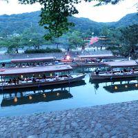 夏の宵 宇治川で遊ぶ人々