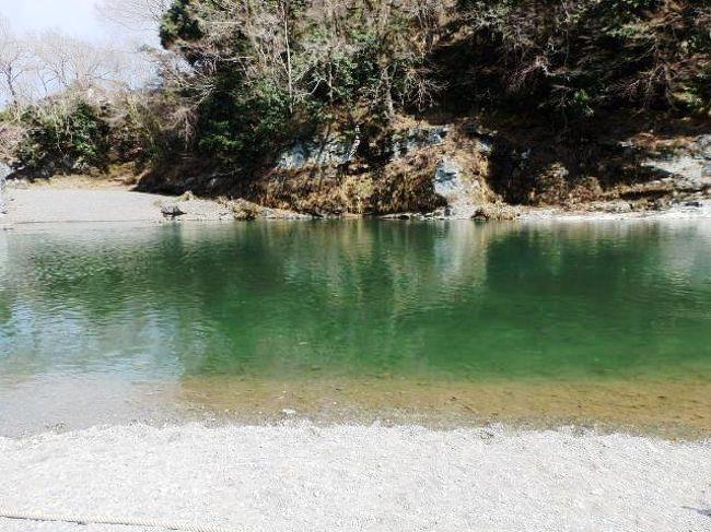 長瀞渓谷(ながとろけいこく)は埼玉県秩父郡長瀞町にある荒川上流部の全長約6km 渓谷・国指定の名勝・天然記念物で県立長瀞玉淀自然公園。<br />1878年に地質学者ナウマン博士の調査によって再発見されライン下りと岩畳(特別天然記念物)が有名でカヌーやラフティング、キャンプが出来る。<br />岩畳は三波川変成帯と呼ばれる変成岩帯が地表に露出しているところで壁面は南北方向にのびる垂直の割れ目(節理、断層)にそって岩がはがれ落ちて形成されたと言われている。<br />秩父赤壁は荒川による侵食のため急な崖で岩畳付近の対岸を指しており中国揚子江が刻んだ「赤壁」に因んで名付けられた壁で黒色片岩中の鉄分が染み出し酸化したため赤くなったとのこと。<br />長瀞渓谷ライン下りは荒川中流にある長瀞渓谷の巨岩のある淵瀬、高さ数十メートルの秩父赤壁といわれる岩壁、岩畳などを見ながら船下りする観光で船頭のガイドで春は芝桜、夏は涼風、秋は紅葉の渓谷美、冬は名物「こたつ舟」が楽しめる。長瀞渓谷(ながとろけいこく)は美しいところだ。<br />(写真は長瀞渓谷)<br />