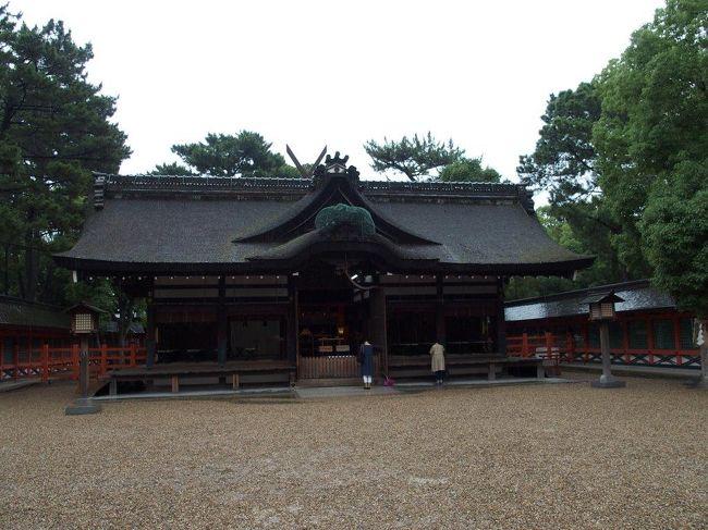 住吉祭(7月海の日、30日、31日、8月1日)前の静かうちにと思い、住吉大社に出かけてきました。名古屋に住んでますと関西はなぞ深くわからないところです。奈良や京都にくらべ、大阪は未知のところが多く???<br />ディアゴスティーニの日本の神社22巻住吉大社を読んで興味深く思い、出かけることにしました。日本武尊の息子の仲哀天皇の后の神功皇后、住吉大神(底筒男命、中筒男命、表筒男命の三神合わせて住吉大神)を住吉大社ではお祀りします。住吉大社は住吉造りという神社建築史上、伊勢神宮の神明造、出雲大社の大社造と並び、最古の様式として国宝建築物となっています。本殿が第一本宮から第四本宮まであり、間近で参拝できます。211年神功皇后摂政11年創建当時は白砂青松の風光明媚な場所であったそうで、万葉集など歌集に多く読まれ、神功皇后の臨月で新羅遠征を守護した三神の神徳は、航海安全、安産、農耕、産業、殖産、天下泰平、武勇、厄払いと数多く有ります。大和王朝発展とともに、遣隋使、遣唐使派遣の際は住吉の浜から大陸へ向けて出港していったそうです。春の終わりには創祀を祝うウツギの花が咲く卯の花苑、住吉踊りが奉納される御田、初辰さんまいり(正装姿の招き猫の愛称が初辰さん)の楠くん社(一寸法師伝説の境内末社の種貸社、楠くん社、境外末社の浅沢神社と大歳神社の4社を毎月初の辰の日に周り小招福猫を集めると商売繁盛のご利益がある)、海幸彦山幸彦の伝承のある大海神社など興味深いところがたくさんあります。神功皇后の御子の応神天皇は、天皇家の祖となり、孫の仁徳天皇は難波に遷都し住江津を開港し、河内、大和方面へのアクセスに優れていたこともあり、難波津とともに交通の要所となってのちの大阪、堺の発展に寄与することになったそうです。<br />住吉大社お隣には、赤穂浪士3其の墓(大石親子、寺坂吉右衛門)がある一運寺があり、聖徳太子が夢のお告げによって建立したと伝えられています。<br />近くのあべのハルカスに寄ろうかと思いましたが、次回にし、日本最古の寺と伝えられる和宗総本山四天王寺に寄りました。四天王寺は聖徳太子が創建した七カ寺の1つで、推古天皇元年593年10月日本仏法最初の官寺として創建されました。寺域は33,000坪(約11万?)度重なる戦乱などで再建を重ねてきましたが、伽藍配置は飛鳥時代創建当初の姿を伝え、境内全域が史跡に指定されているそうです。本尊は救世観世音、五重塔は鉄筋コンクリート造で、当時の面影は有りませんが優美さは伝えています。<br /><br /><br />住吉大社 P30分100円 (住吉祭期間閉鎖)<br />     参拝  4月〜9月:6時〜17時<br />         10月〜3月:6時30分〜17時<br />         祈祷の受付および授与所:9時〜16時30分<br /><br /><br />四天王寺 中心伽藍拝観300円 <br />      8:30〜16:30(4月〜9月)8:30〜16:00(10月〜3月)<br />     庭園拝観300円(休館日確認用)<br />      8:30〜16:30(4月〜9月)8:30〜16:00(10月〜3月)         宝物館拝観500円(春、秋期間限定)<br />     P30分200円、近隣P60分200円<br /><br />おまけ(^o^)/<br />名古屋の熱田区新尾頭町にも住吉大社の分社の住吉神社がありますが、こちらは港区の築地神社の管理のようです、松坂屋初代社長の伊藤祐民が和歌を多く奉納されたとかです、なごや最古の狛犬があります。住吉大社は全国2,300位分社があり、福岡、下関と住吉大社の三社合わせて日本三大住吉だそうです<br />全国には稲荷は約32,000社、八幡社(ご祭神は応神天皇)は約14,800社(別の資料では約46,000社大小合わせて11万社?)、神明社(ご祭神は天照大御神)は約5,000社(一説には約18,000社)、宗像神社(宗像三女神)は約6,000社あるそうです\(◎o◎)/!<br />誕生石の写真を撮れなかったですが、ここで丹後局が源頼朝の子を出産したところとか、島津忠久(1179?〜1227)は、鹿児島の藩主島津氏の祖であるという説があります。丹後局もなかなか激動の人生を歩まれたようで・・・(;゚Д゚)