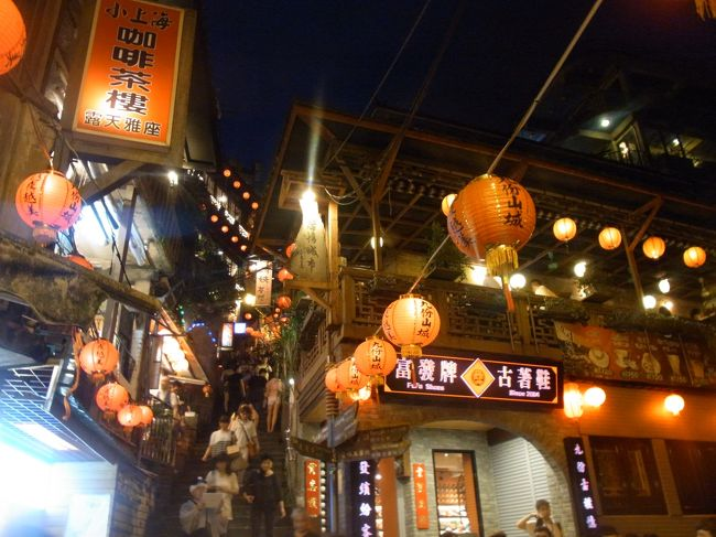 初めての台湾は、友人二人と、現地に駐在中の友人計4名でわいわい楽しい女子旅となりました!<br />友人がイギリス留学中に知り合った台湾人の友人2名も紹介してもらい、ご飯を食べながら色んな話ができたのもすごくいい思い出☆★<br />王道の九分・夜市・台北101・足つぼマッサージ・占い・小龍包から、現地在住だからこそ知っている安くて美味しい台湾グルメまで二泊三日の台湾旅行を大満喫することが出来ました〜!!<br />美味しくて暑くて人も優しい台湾!<br />それではそんな台湾旅行記、パート1は初日の夜に行った九分です。<br />それでは、はじまりま〜〜す^o^