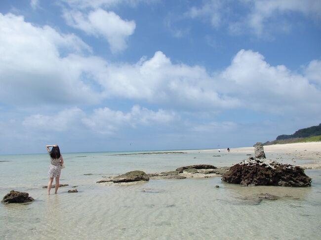 前回の6月の沖縄から戻ってから、お決まりの「沖縄熱」にかかり<br />毎日「おきなわ〜楽しかったなあ♪おきなわ行きたいなあ〜」と<br />頭の中から沖縄が離れず、=JALのマイルが溜まってるなあ〜=と<br />ホームページで特典航空券の空席状況を調べると、セントレア発の<br />沖縄行きは便数が少ないので満席ですが、羽田だったら<br />まだ空席がある!!!<br /><br />6月に沖縄から帰って来てからまだ1週間しか経っていない中<br />喫煙ルームに泊まって喉と鼻をやられて体調不良の娘に電話して<br />「沖縄行かない?今度は間違えないで禁煙ルームを予約するからさあ〜<br />美味しい沖縄料理食べて、ホテルでのんびり(まず無理!)してさあ〜<br />ねえねえ、行こうよぉ〜金曜日休めないかなあ〜」と<br />娘をなんとか言いくるめて、沖縄行き決定!<br /><br />1ヶ月前で特典航空券の 空席はかなり限られていて、<br />行きは羽田13:10発。帰りは12:00発の成田行きしか空きがなく<br />クラスJの残席が残り2席・・・・急げ急げ!早く予約を入れないと!<br />特典航空券の予約を入れると、一人18000マイル?!<br />その時は、焦っていて予約をしてしまいましたが、なぜ18000マイル?<br />カード割引14000マイル+クラスJ4000マイル(往復)<br />                =18000マイル<br />いつのまにかクラスJは片道2000マイルになっていた!!<br />以前は1000マイルだったはず・・・<br />往復4000マイルは、かなり痛い( ̄□ ̄;)!!<br />それだったら当日空きがあったら1000円払って、クラスJに<br />した方が良かった・・・と大後悔。llllll(-_-;)llllll<br /><br />そして一番心配していた台風が発生。ガ━━(゚Д゚;)━━ン!<br />果たして飛行機は飛ぶのか?沖縄の天気は晴れるのか?<br />去年の夏同様、最大限の落ち込みの中、沖縄へと向かう事になりました・・<br /><br />*雑貨屋さんやカフェでの店内の撮影は、お店の方の了解を<br /> 頂いております。<br />