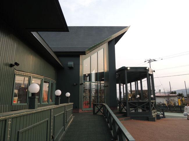 青森~北海道旅行の第八弾です。食事をするために、北海道にしか店舗がないラッキーピエロに足を運びました。ラッキーピエロは店舗ごとにコンセプトが異なっているらしく、私たちが訪れたのは、バードウォッチングをコンセプトにした最も大きな店舗でした。<br /><br />なお、このアルバムは、ガンまる日記:青森~北海道旅行(8)[http://marumi.tea-nifty.com/gammaru/2014/07/post-a38f.html]とリンクしています。詳細については、そちらをご覧くだされば幸いです。