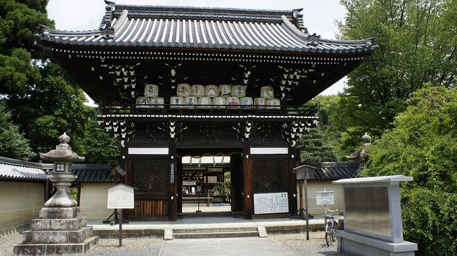 真夏の京都の西と東を楽しんできました。西は「梅宮大社」という神社。今回は初見です。付近に松尾大社、嵐山・嵯峨野が控えているので、余り目立たないですが立派な社です。<br /> 家内安全・健康祈願を神職が丁寧に祈祷して下さります。心身共に洗われたような爽やかな気分になるのは、周囲の樹木から出る精霊にもよるのか。途切れずお参りに来られるが、混雑して雑になると云った程でもありません。<br /> 昼食は正面通りの東の突き当たり手前南にある「道楽」です。正面通りとは豊国廟の正面から、東西本願寺を突き抜ける通りです。豊国廟へのお参り客向けの茶店であったのが始まりとか。店は、石田三成の軍師嶋左近の別邸跡と云われています。<br /> 中心市街地にある店故、古いだけで大した庭もありませんが、味は一流です。京都の有名料亭の会にも所属されている、十四代目飯田さんはマスコミ等にも良く出現されています。特徴的なのは味以外に量が多目と云うこと。今回は特に若い人が多かったので、この点も選定理由となりました。<br />