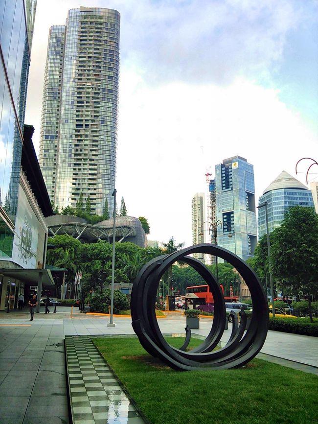 2014年夏、初めてのシンガポール。今回の旅は移動とホテルは全て個人手配で、観光は現地のオプショナルツアーを組み合わせての3泊5日(機中1泊)の旅。<br />シンガポールは交通網が充実していて、治安も問題ない、英語が通じる、各種罰金の制度があり街が清潔、そして水道水が飲める(実際は飲みませんでしたが…)という東南アジアには稀な近代国家と聞いていたので、初めての国でしたが恐れることなく観光・食事と遊びつくしてきました!<br />ホテルは5つ星のコロニアルホテルGoodWoodPark(グッドウッドパーク)を公式HPから予約。ちょっと高めでしたが、それでもマリーナ地区の最新ホテルに比べれはお値打ちでした。ホテルは別の旅行記にまとめて書きます。<br /><br />この旅行記は出国~ホテル着まで。チャンギ空港からはタクシーでホテルへ移動しましたが、MRTで移動する場合の参考に、4日目に撮ったオーチャード駅周辺の写真もまとめて載せています。<br /><br />【日程】7/18中部国際空港(セントレア)10:30発シンガポール航空SQ671便<br />16:00頃シンガポール・チャンギ国際空港着。タクシーでホテルまで移動、オーチャード地区のグッドウッドパークホテルに3連泊。