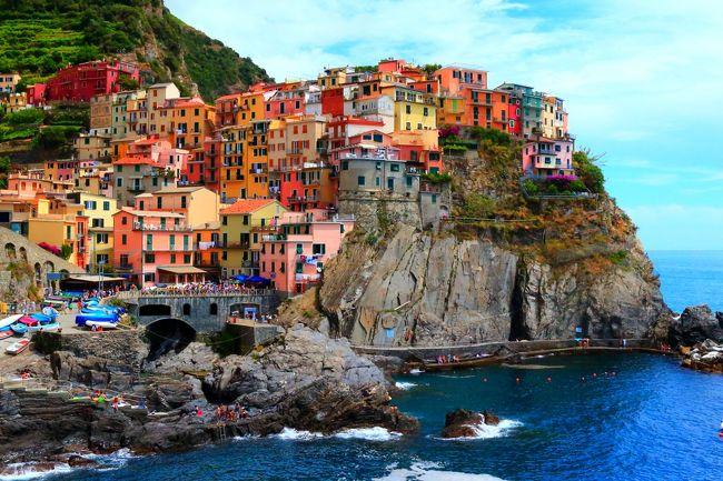 結婚20年 アニバーサリーの旅!<br />①登れるものには登ってみる。②名所も行くけど穴場も探す。③目標「奥様ご満足」。<br />こんなテーマで夫婦「イタリア8日間の旅」に出かけました。<br /><br />団体行動が苦手な私たち。ホテルとカプリ島以外は個人で手配。<br />行く先々での時間も気ままに変更しながら「自由旅」を満喫♪。<br />ところが最後のアクシデントで出国できず「9日間の旅」に……。<br /><br />この旅行記は奥様と夫(兼添乗員?)が共同で書いてます。<br />今回学んだ旅の【ノウハウ】とともに、写真で綴ってお届けします。<br /><br />■旅行記(1)<br />1日目 成田→ローマ乗り継ぎ→フィレンツェへ。<br />2日目 フィレンツェでドゥオーモのクーポラに登る。<br />     ジョットの鐘楼にも登る。<br />     電車とバスでピサへ。斜塔にまた登る。<br />     フィレンツェに戻り、バスで丘の上のミケランジェロ広場へ。<br />■旅行記(2)<br />3日目 特急列車でチンクエテッレへ。<br />     一つ目の村ベルナッツァで山に登る。<br />     電車で2つ目の村マナローラを巡り、フィレンツェに戻る。<br />■旅行記(3)<br />4日目 朝食前に始発バスでもう一度ミケランジェロ広場へ行く。<br />     高速鉄道でローマへ移動し、ヴィットリアーノの屋上へ登る。<br />     パンテオン、ナヴォーナ広場、ミネルヴァ教会を巡る。 <br />5日目 サンピエトロ寺院、真実の口、コロッセオ、フォロロマーノ<br />     トレビの泉、スペイン階段を巡り、ヴァチカン美術館へ。<br />     夕食は現地で聞いた情報を頼りにテスタッチオ地区へ。<br />■旅行記(4)<br />6日目 ツアーバスでナポリへ移動し、高速船でカプリ島へ。<br />     しかし「青の洞窟」には入れず、カプリ島観光に。<br />7日目 早朝に突然の予定変更。<br />     もう一度フリーでカプリ島へわたり念願の「青の洞窟」に。<br />     しかしそのあとナポリへ戻り空港へ向かったところ…、<br />     ……もう一日ナポリで滞在することに。<br />8日目 ナポリ空港から国内線でローマへ。国際線に乗り継ぎ<br />9日目 成田空港到着