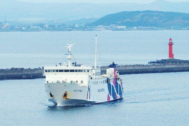 日本最北端の都市稚内から西方50Km以上の日本海に浮かぶネイチャーアイランド利尻島そして礼文島!!<br />その利尻・礼文へと旅人を運んでくれるのが心をつなぐハートランドフェリーの船です。<br /><br />6回目の訪問に当たって、計画の段階で決めたことがあります。<br /><br />◎稚内往復は1等ラウンジ席にすること<br />◎島から島の時だけ2等<br /><br />というのは・・・<br />今までの経験で言うと、<br /><br />◎稚内往復の2等客室はものすごく混む!!<br />◎1等和室は相部屋なので気兼ね^^;<br /><br />ところが実際には往きはとても空いていたのですが、なにはともあれ予定通りに優雅で快適な船旅を楽しんできました。<br />以前行った時から歳も重ねたことですし、ほんの少し贅沢をしてみました(*^ワ^*)<br /><br />ただ、今回の船旅は3回とも視界が利かず空がどんより<br />それがちょっと残念でしたが・・・<br />その埋め合わせでしょうか、最後の最後にサプライズが~ \☆^∇^☆/<br /><br />それでは、稚内に前泊してから、利尻島2泊、礼文島2泊。<br />そして稚内空港から東京へ飛び立つまでの船旅中心の旅行記をご覧くださいませ。<br /><br />島滞在の様子は旅行記に致しましたので、合わせてご覧頂ければ幸いです。<br /><br />利尻・礼文再訪記その① 夢の浮島/利尻島<br />利尻・礼文再訪記その② ポン山トレッキングで出会った花たち<br />利尻・礼文再訪記その③ 利尻島の夏を謳歌する花たち<br />利尻・礼文再訪記その④ 花いっぱい!!礼文島ドライブ~?<br />利尻・礼文再訪記その⑤(完)礼文島にウスユキソウの咲く頃<br />毎日温泉も堪能しました。<br /><br /><br />*この旅行記は何らかの資料を調べた上で掲載しておりますが、間違っている場合もありますので参考程度にお考え頂ければ幸いです。実際に行かれる時は、改めてご自身でお調べになって下さい。<br /><br />