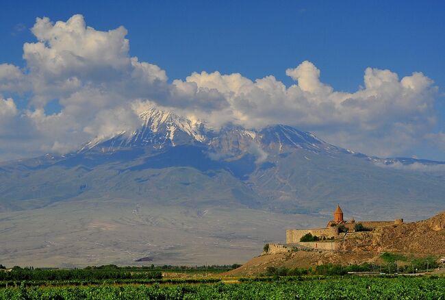 ホルヴィラップ修道院(KhorVirap)はアルメニアの首都エレヴァンから40km足らずですが、<br />地図で見ると、アルメニアとトルコとの殆ど国境線上に位置しています。<br />実際国境まで1から2km位のようです。すぐそこに見えるアララト山と小アララト山はトルコ領です。<br /><br />ホルヴィラップ修道院は、アルメニアがまだキリスト教を国教と定める以前、キリスト教の布教に努めていた聖グレゴリウスを、当時まだ異教徒であったトゥルダット3世が12年間地下牢に幽閉した、その地下牢の上に聖堂を建てたのが始まりと言われています。<br />病の床に就いたトゥルダット3世は聖グレゴリウスを解放し、そのことで、病気は癒え、自らもキリスト教に改宗したと言い伝えられています。<br />その地下牢はホルヴィラップ修道院の一角に残っていて、危うい鉄梯子で下りることが出来ます。<br />ホルヴィラップ修道院のホルKhorは深いを、ヴィラップVirapは穴を意味します。<br />