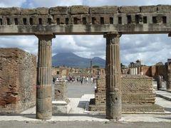 真夏の優雅な南イタリア旅行 ナポリ×プーリア州♪ Vol10(第2日目午前) ☆ポンペイ(Pompei):古代ローマのフォロ(Foro)を囲む神殿を眺めて♪