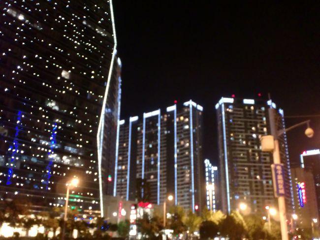 中国雲南省にある昆明へ一人旅!<br />上海の虹橋空港から5時間ほどの飛行機~<br />途中聞いたことないような空港を経由し、やっと昆明。<br />昆明空港に到着するなりタクシーの運ちゃんが手招き、というか腕を掴んでくるw<br />断るのもなんだから、その運ちゃんのタクシーに乗り空港から市街地へ<br />この運ちゃんは普通にいい人でした。道中、日中関係について盛り上がりました。<br />(ちなみに強引な運ちゃんは大体が白タク)<br /><br />そして市街地に到着!!<br /><br />中国の内陸部だから、あんまり発展していないのかと思いきや、市街地は高層ビルがΣ(゚Д゚)<br />僕の大阪の実家より全然都会...<br /><br />そして予約したホテル探し<br />ホテルの予約にはイーロンっていう中国の予約サイトを使いました。<br /><br />ビジネスホテルみたいな感じで一泊1500円くらいでした。<br /><br />1日目は移動で疲れたので本格的な観光は2日目から~